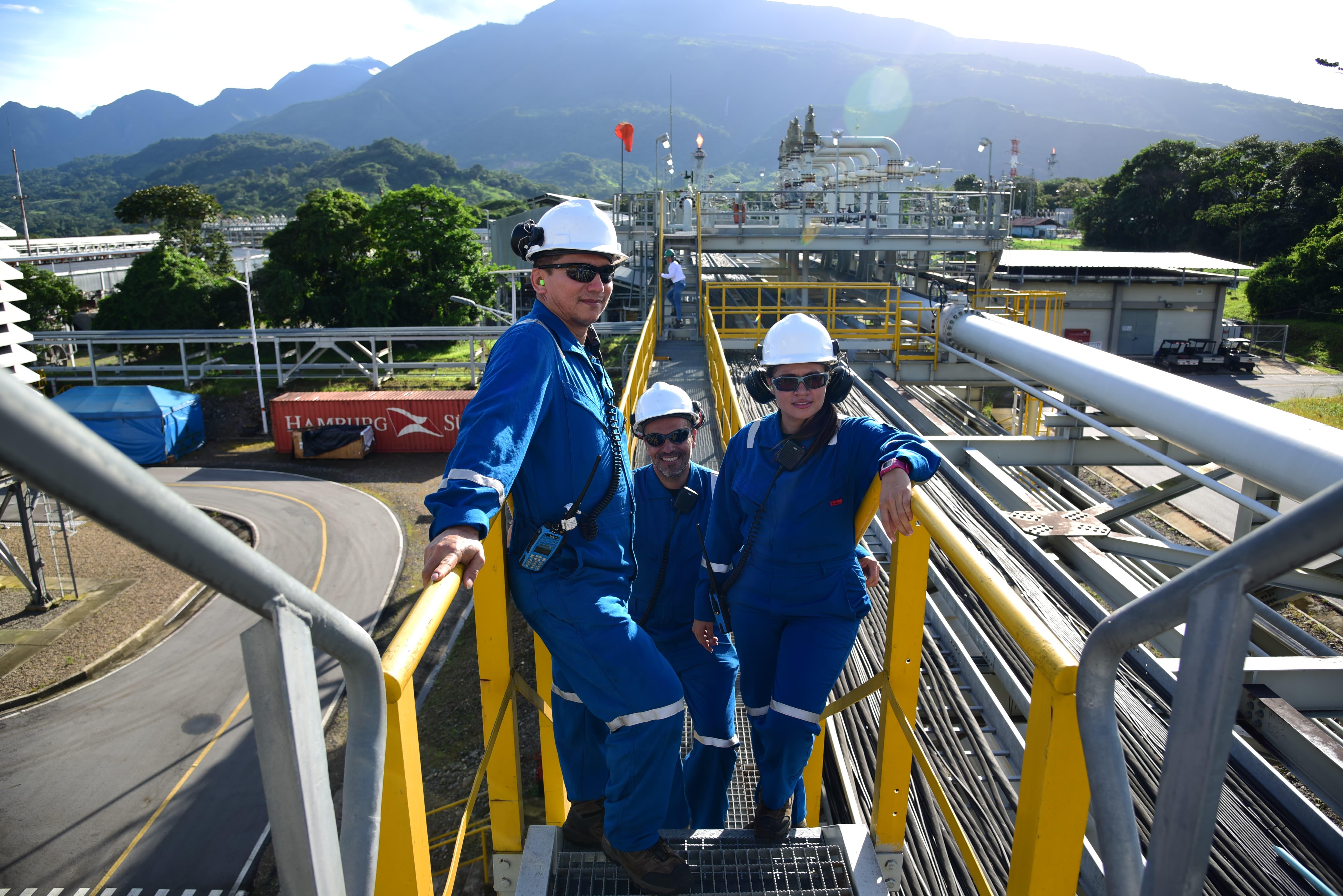 Foto: Operadores de Equión en la planta