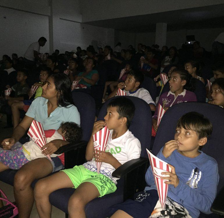 niños viendo una pelicula en cine
