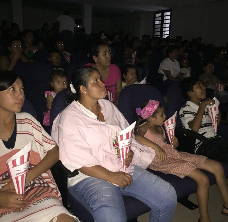muejres viendo peliculas en cine