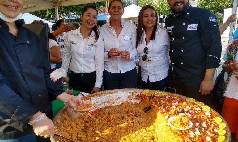 Foto: María Victoria Riaño, Presidenta de Equión comparte con dos personas más de Equión y un par de chefs frente a una olla gigante de arroz